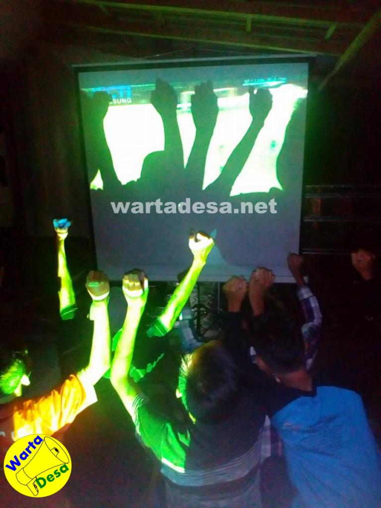 Nobar. Warga Pekalongan tidak bisa menyaksikan siaran langsung final AFF, Indonesia vs Thailand akibat listrik padam. Foto: Eva Abdullah Ajis/wartadesa
