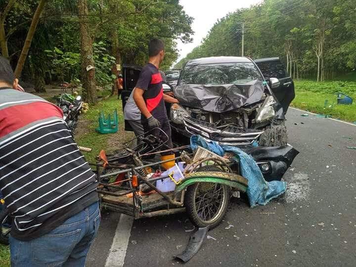 tukang kelapa muda tertabrak mobil